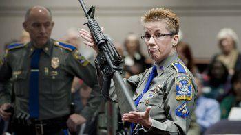 En esta foto de archivo del 28 de enero de 2013, la detective Barbara J. Mattson, de la policía estatal de Connecticut, muestra un fusil Bushmaster AR-15, de la misma marca y modelo que utilizó Asam Lanza para perpetrar la matanza en la escuela de Sandy Hook, en la audiencia de una subcomisión legislativa que revisaba las leyes de posesión de armas en Hartford, Connecticut.