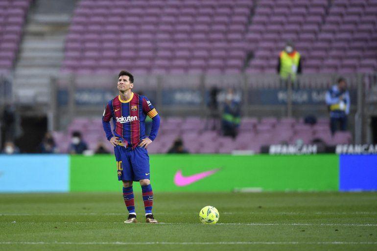 El delantero argentino del Barcelona Lionel Messi reacciona al gol del delantero español del Celta Santi Mina durante el partido de fútbol de la Liga española entre el FC Barcelona y el RC Celta de Vigo en el estadio Camp Nou de Barcelona el 16 de mayo de 2021.