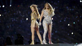Shakira, izquierda, y Jennifer Lopez durante su presentación en el espectáculo de medio tiempo en del Super Bowl 54 de la NFL entre los Chiefs de Kansas City y los 49ers de San Francisco el domingo 2 de febrero de 2020 en Miami Gardens, Florida.