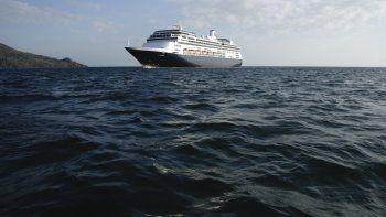 El crucero Zaandam se mantiene frente a la Ciudad de Panamá mientras aguarda a cruzar el Canal con rumbo a Florida. Varios pasajeros han fallecido y hay otros casos confirmados de COVID-19 a bordo.