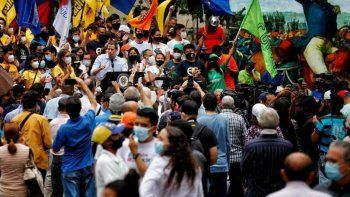 El presidente encargado de Venezuela Juan Guaidó interviene durante la protesta de los estudiantes venezolanos en Caracas, cuando se celebra el Día de la Juventud.
