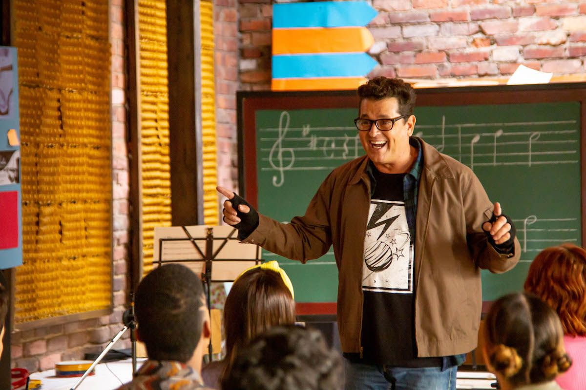 Carlos Vives como el profesor Molina en la nueva serie de Disney+, El club de los graves.