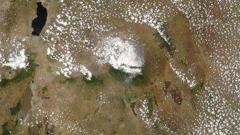 Esta foto de satélite tomada por la NASA el lunes, 12 de octubre del 2020, muestra el monte Kilimanjaro, en Tanzania. Unos 500 voluntarios han estado tratando de extinguir un incendio en el Kilimanjaro, la montaña más alta de África, cuyas llamas pueden ser vistas a kilómetros de distancia, dijeron el martes las autoridades.