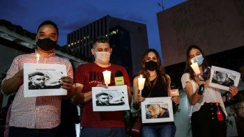 Periodistas y fotógrafos rinden homenaje a su colega Felipe Guevara, quien falleció dos días después de recibir un disparo, en Cali, Colombia, el 23 de diciembre de 2020. El fotógrafo Felipe Guevara había denunciado amenazas contra su vida en 2017, en 2018 y nuevamente este año.