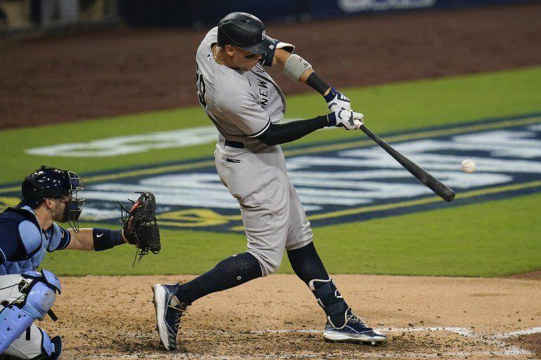 Aaron Judge de los Yanquis de Nueva York conecta un jonrón solitario en el quinto inning del primer juego de la Serie Divisional de la Liga Americana ante los Rays de Tampa Bay