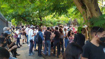 Cada vez más personas llegaban al Ministerio de Cultura en la tarde del viernes 27 de noviembre, para pedir una reunión con el ministro sobre los sucesos del Movimiento San Isidro.