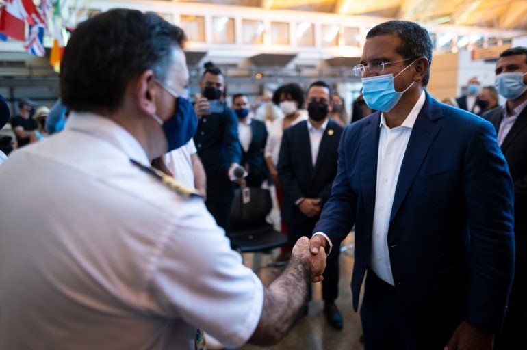 El gobernador puertorriqueño Pedro Pierluisi saluda a miembros de la tripulación del crucero Mardi Gras de la línea Carnival