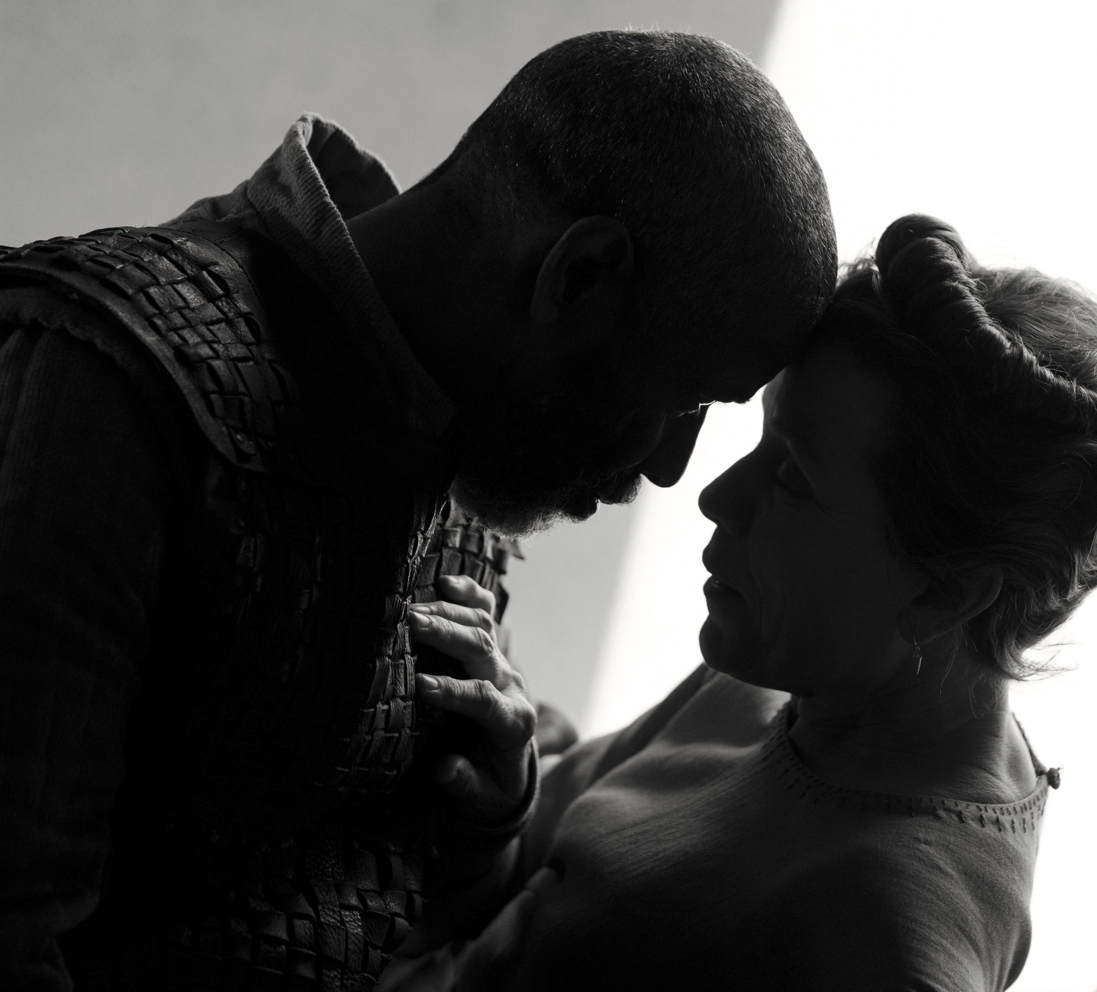 En esta imagen, proporcionada por Apple, Denzel Washington, izquierda, y Frances McDormand en una escena de The Tragedy of Macbeth, del director Joel Coen, que se estrena en el Festival de Cine de Nueva York.