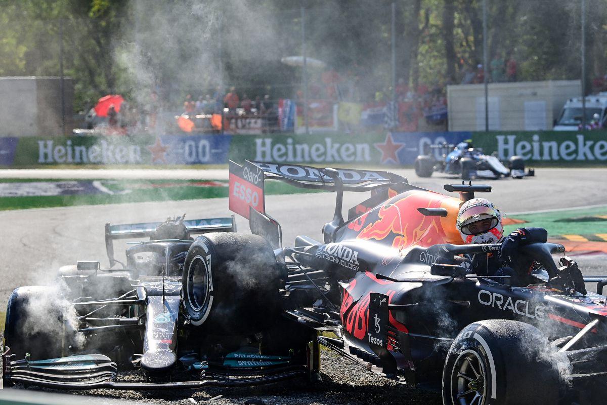 El piloto holandés de Red Bull, Max Verstappen, sale de su coche tras una colisión con el piloto británico de Mercedes, Lewis Hamilton, durante el Gran Premio de Fórmula Uno de Italia en el circuito Autodromo Nazionale de Monza, el 12 de septiembre de 2021.