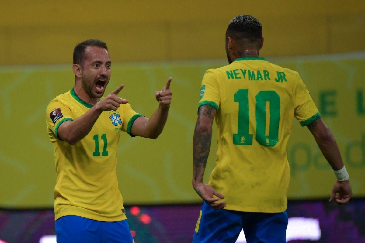 El brasileño Everton Ribeiro celebra con su compatriota Neymar tras anotar contra Perú durante el partido de fútbol de clasificación sudamericano para la Copa Mundial de la FIFA Catar 2022