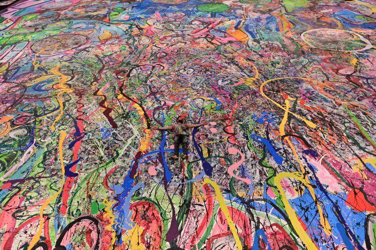 El artista británico contemporáneo Sacha Jafri se encuentra en su pintura récord titulada El viaje de la humanidadel 23 de septiembre de 2020