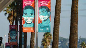 Anuncios que aconsejan a las personas protegerse contra el coronavirus, colocados en el Hollywood Boulevard de Los Ángeles, California, el 5 de enero de 2021.