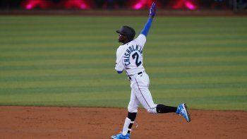 Jazz Chisholm Jr., de los Marlins de Miami, celebra su jonrón de tres carreras en el segundo inning del juego ante los Rockies de Colorado, el jueves 10 de junio de 2021, en Miami