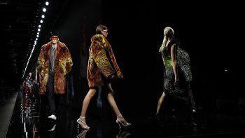 En esta foto del 21 de febrero de 2020, modelos lucen diseños de la colección otoño-invierno 2020-2021 de Versace en Milán, Italia. La Semana de la Moda de Milán volverá en septiembre.