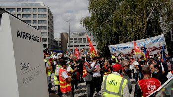 Trabajadores de Air France participan en una protesta frente a las oficinas generales de la empresa en Tremblay-en-France, en las afueras de París, el viernes 3 de julio de 2020.