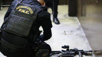 Agentes detienen a solicitado por orden de aprehensión con fines de extradición a Estados Unidos, por el delito de narcotráfico según lo señala un juzgado en Guatemala. Parte de las armas que le fueron incautadas.