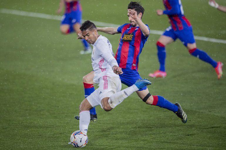 Casemiro del Real Madrid patea el balón durante el partido entre Real Madrid y Eibar por la liga española en el estadio Alfredo di Stefano en Madrid