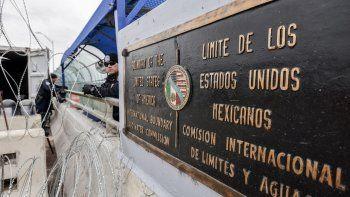 Agentes fronterizos de EEUU vigilan el límite territorial con México tras el incremento de la llegada de migrantes que buscan llegar a territorio estadounidense.