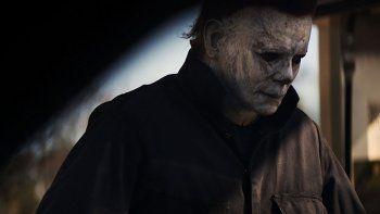 La cinta original de Halloween (1978) seguía a Michael Myers, que tras asesinar a su hermana en la noche de Halloween regresaba años después al pequeño pueblo de Haddonfield para sembrar de nuevo el terror.