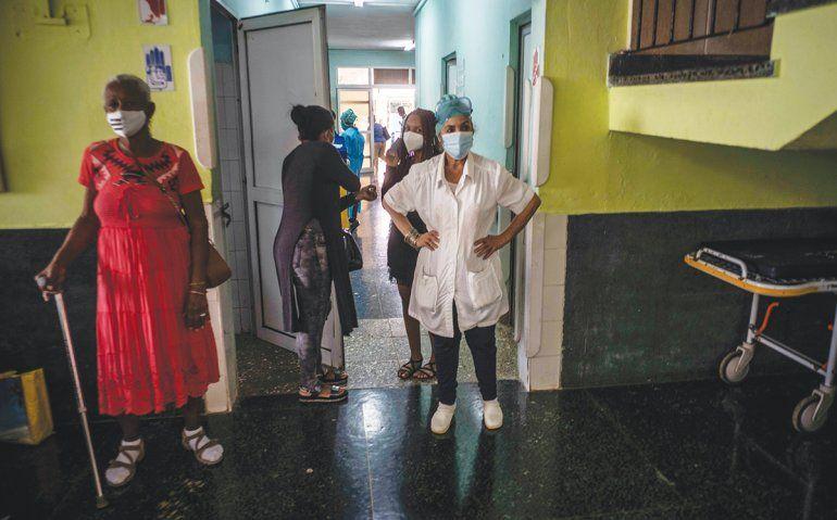Trabajadores de la salud realizan pruebas en voluntarios de la vacuna Soberana-02 contra COVID-19