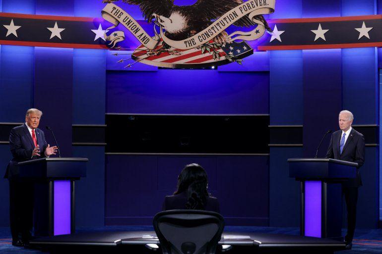 El presidente estadounidense Donald Trump (izq.) y el candidato presidencial demócrata y exvicepresidente Joe Biden participan en el debate presidencial final en la Universidad de Belmont en Nashville