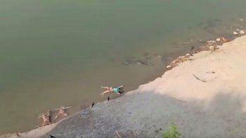 En esta imagen de un video de KK Productions se ven cadáveres flotando en el río en Ghazipur, en el estado de Uttar Pradesh, India, el 11 de mayo de 2021. Decenas de cadáveres han sido hallados flotando en el río Ganges en momentos en que el coronavirus azota al país.