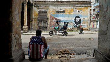 Un hombre vestido con una camiseta sin mangas con un diseño de la bandera de Estados Unidos descansa en La Habana el 21 de octubre de 2020, en medio de la pandemia del nuevo coronavirus COVID-19.