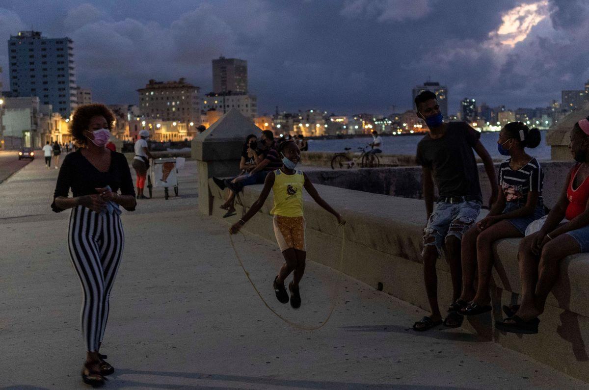 La gente pasa la tarde en el Malecón de La Habana.