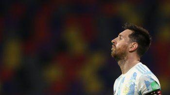 El delantero argentino Lionel Messi gesticula durante el partido contra Chile por las eliminatorias mundialistas, el jueves 3 de junio de 2021, en Santiago del Estero, Argentina