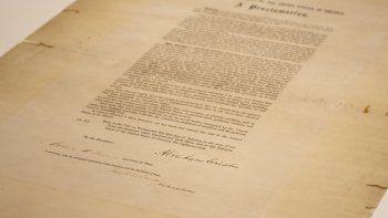 Esta foto proveída por la Biblioteca y Museo Presidencial Abraham Lincoln el 8 de junio del 2021 muestra un ejemplar firmado de la Proclamación de Emancipación de los esclavos.