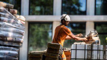 Un obrero trabaja en una obra en construcción en Milán, Italia, jueves 7 de mayo de 2020. Italia empezó a ponerse en marcha después de la cuarentena por el coronavirus.
