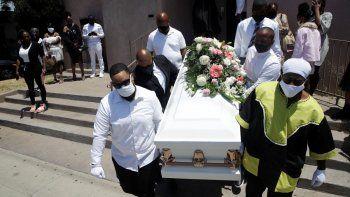 Dolientes cargando un ataúd con el cuerpo de Lydia Núñez, quien falleció de COVID-19, después de un funeral en la iglesia bautista Metropolitan, en Los Ángeles, en julio de 2020.