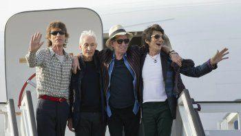 En esta imagen de archivo del 24 de marzo de 2016, los miembros de los The Rolling Stones, Mick Jagger, Charlie Watts, Keith Richards y Ron Wood posan para fotos ante su avión en el aeropuerto José Martí de La Habana, Cuba. La famosa banda británica ahora tiene su tienda en Londres.