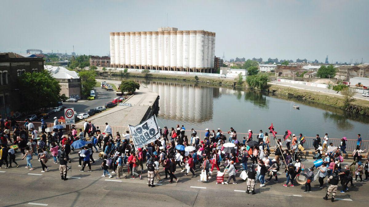 Manifestantes marchan sobre el Puente Pueyrredón para exigir más empleos y asistencia social, en Buenos Aires, Argentina, el jueves 14 de octubre de 2021.