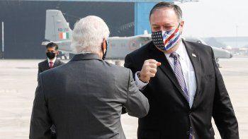 El secretario de Estado Mike Pompeo es recibido por el embajador de Estados Unidos en India, Kenneth Juster, a su llegada a un aeropuerto en Nueva Delhi el 26 de octubre de 2020.