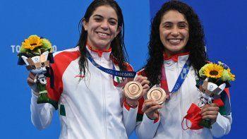Las medallistas de bronce Alejandra Orozco Loza (izq.) De México y Gabriela Agundez García de México posan en el podio después del evento final de clavados sincronizados de plataforma de 10 metros femeninos durante los Juegos Olímpicos de Tokio