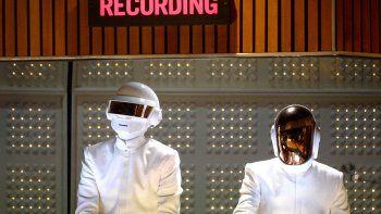 En esta foto de archivo tomada el 26 de enero de 2014, los músicos franceses Thomas Bangalter (izquierda) y Guy-Manuel de Homem-Christo de Daft Punk se presentan en el escenario durante la 56a entrega de los GRAMMY en el Staples Center de Los Ángeles, California.