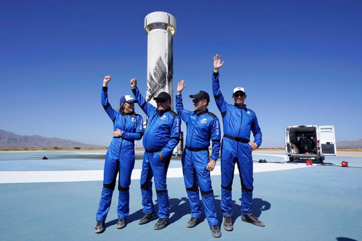 Los más recientes pasajeros espaciales del cohete New Shepard de Blue Origin (De izquierda a derecha) Audrey Powers, William Shatner, Chris Boshuizen y Glen de Vries en el puerto espacial cerca de Van Horn, Texas.