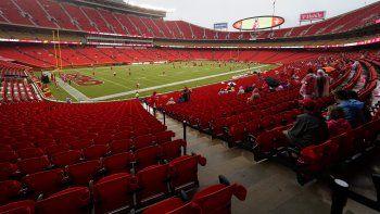 En imagen de archivo del 29 de agosto de 2020, aficionados de los Chiefs Kansas City presencian un entrenamiento del equipo en Arrowhead Stadium de Kansas City