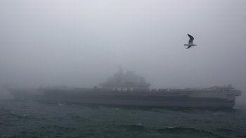 En esta foto de archivo del 23 de abril de 2019, el portaviones chino Liaoning participa de un desfile naval en homenaje al 70 aniversario de la fundación de la Armada china en el mar cerca de Qingdao.
