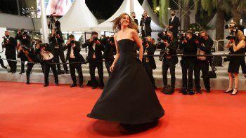 La actriz noruega Renate Reinsve baila mientras llega para la proyección de la película Verdens Verste Menneske (La peor persona del mundo) en la 74 edición del Festival de Cine de Cannes en Cannes, sur de Francia, el 8 de julio de 2021.