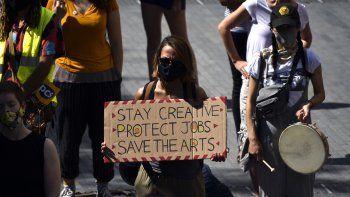 En esta foto del 1 de agosto de 2020, trabajadores del teatro protestan afuera del Teatro Nacional contra contra los despidos masivos de empleos mal pagados en las artes debido a la pandemia del coronavirus, en Londres.