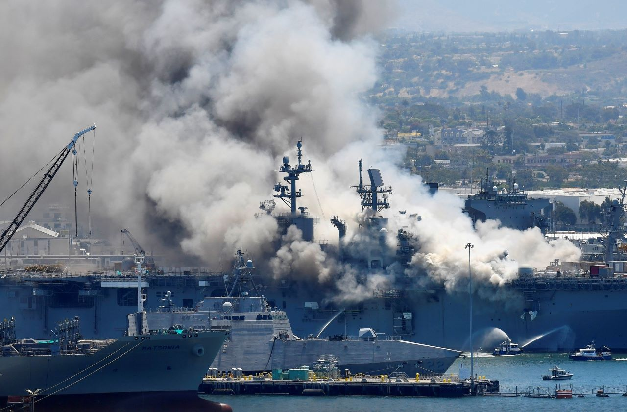 Fotografía de archivo del 12 de julio de 2020 de humo saliendo del buque militar Bonhomme Richard en la Base Naval de San Diego, luego de una explosión e incendio a bordo del barco.