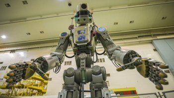 Fotografía del viernes 26 de julio de 2019 distribuida por la agencia espacial rusa Roscosmos del robot humanoide Fedor antes de subirlo a la cápsula espacial Soyuz en el cosmódromo de Rusia en Baikonur, Kazajistán.