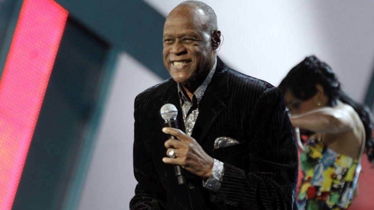 En esta foto del 11 de noviembre de 2010, Johnny Ventura canta en la ceremonia de los Latin Grammy en Las Vegas. Miami otorga calle al legendario artista.