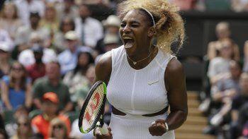 En esta foto de archivo del 9 de julio de 2019, Serena Williams festeja tras ganar un punto contra su compatriota estadounidense Alison Riske en Wimbledon
