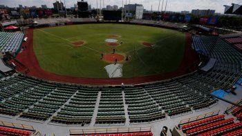 Obreros acondicionan el terreno del estadio Hiram Bithorn en San Juan, Puerto Rico, el viernes 31 de enero de 2020. El estadio es el escenario de la Serie del Caribe de béisbol.