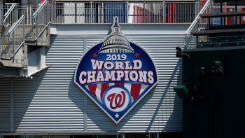 La foto del miércoles 22 de julio de 2020, muestra un emblema conmemorativo del título de la Serie Mundial de las Grandes Ligas obtenido en 2019 por los Nacionales de Washington, en su parque.