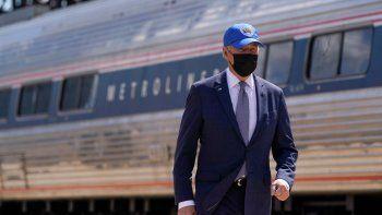 El presidente Joe Biden arriba a un evento el viernes 30 de abril del 2021 para celebrar el 50mo aniversario de Amtrak en la estación de la Calle 30, en Filadelfia.