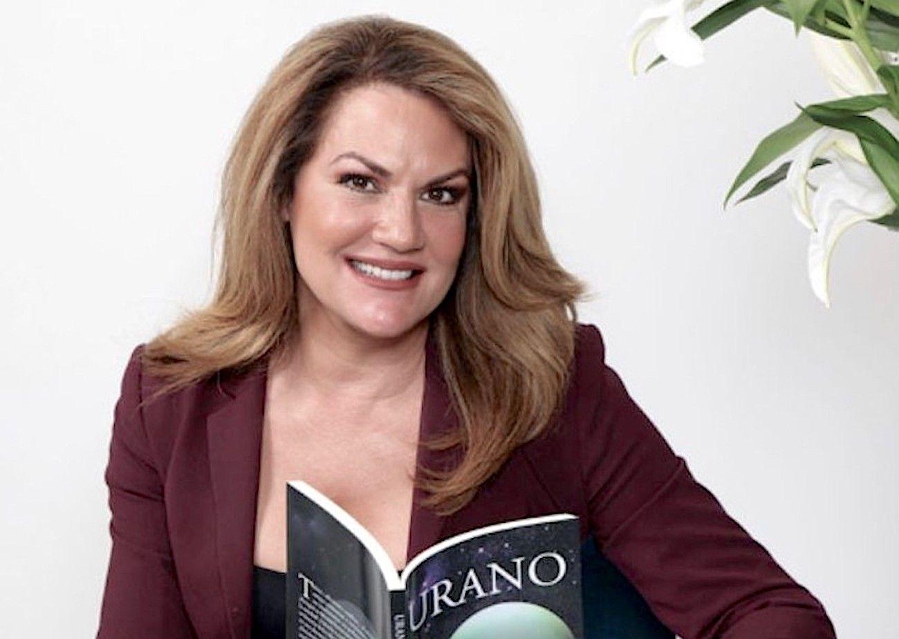 La periodista Eileen Cardet posa con su novela Urano.